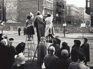 West-Berliner winken in der Bernauer Straße ihren Familienangehörigen hinter der Mauer in Berlin-Ost zu. (Mauerbau)
